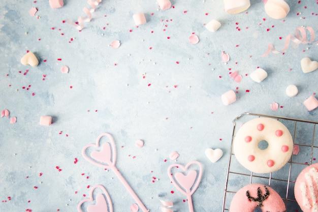 Draufsicht von schaumgummiringen mit zusammenstellung der süßigkeit Kostenlose Fotos