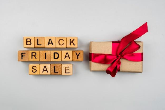 Draufsicht von schwarzen freitag-würfeln und -geschenk auf einfachem hintergrund Kostenlose Fotos