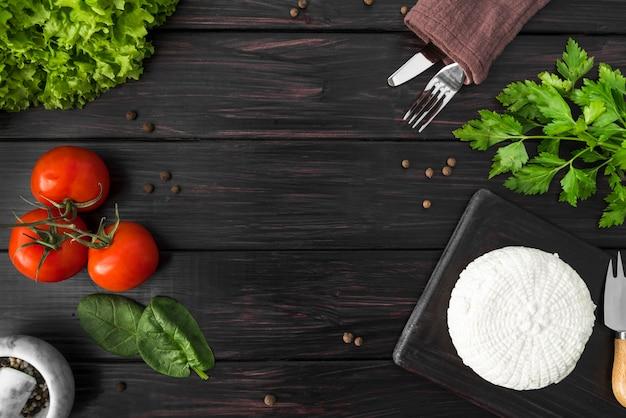 Draufsicht von tomaten mit spinat und besteck Kostenlose Fotos