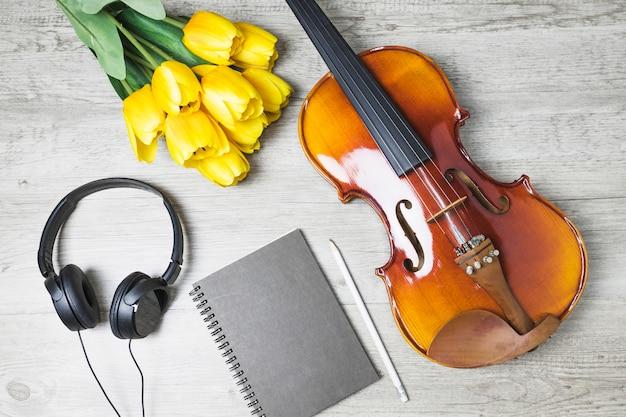 Draufsicht von tulpen; tagebuch; bleistift und violine auf hölzernem hintergrund Kostenlose Fotos