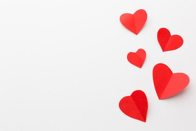 Draufsicht von valentinsgrußtagespapierherzformen Kostenlose Fotos