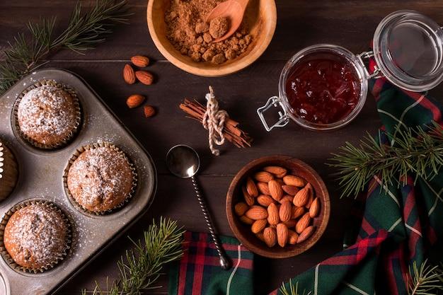 Draufsicht von weihnachtscupcakes mit mandeln und marmelade Kostenlose Fotos