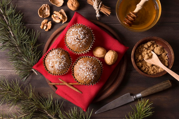 Draufsicht von weihnachtscupcakes mit walnüssen und honig Kostenlose Fotos