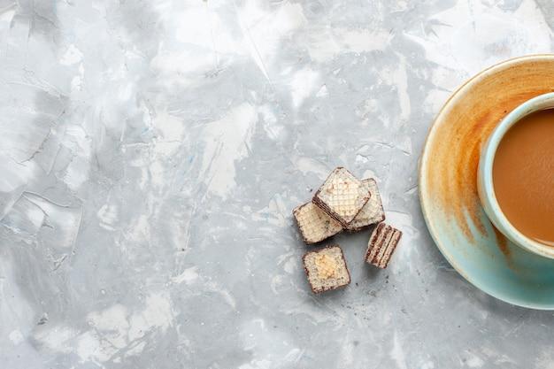 Draufsicht waffeln und kaffee auf dem weißen schreibtisch süßes milchgetränkfarbfoto Kostenlose Fotos