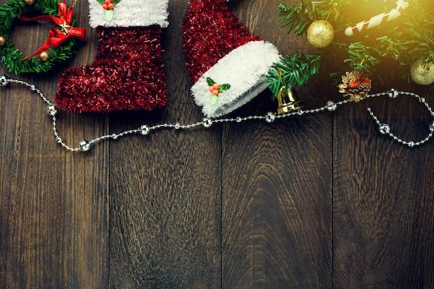 Draufsicht weihnachtsdekoration, schmuck wäscheleine auf holztisch hintergrund mit kopie raum. Premium Fotos