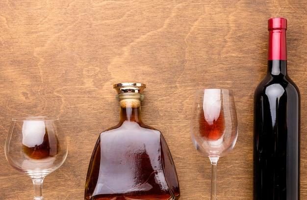 Draufsicht wein- und cognacflaschen mit gläsern Kostenlose Fotos
