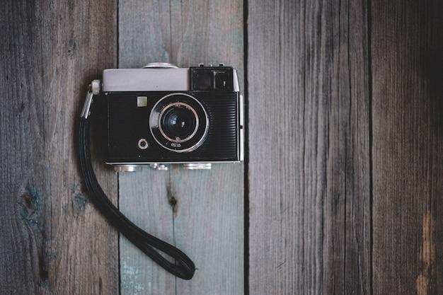 Draufsicht weinlesekamera auf dunklem hölzernem hintergrund Premium Fotos