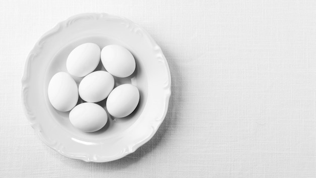Draufsicht weiße eier auf teller mit kopierraum Premium Fotos