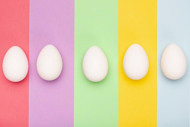 Draufsicht weiße eier auf tisch Kostenlose Fotos