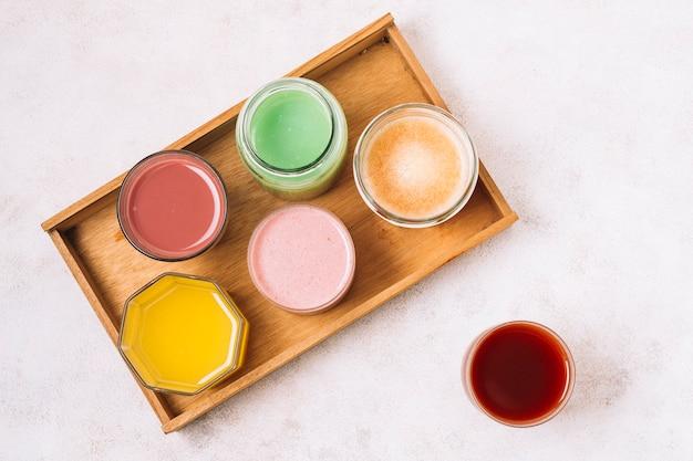 Draufsichtanordnung für bunte smoothies Kostenlose Fotos