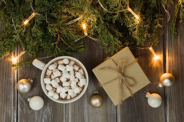 Draufsichtanordnung mit geschenk und eibischgetränk Kostenlose Fotos