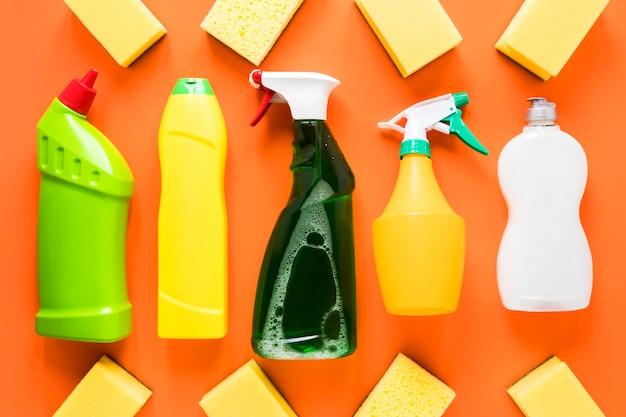 Draufsichtanordnung mit reinigungsprodukten auf orange hintergrund Kostenlose Fotos