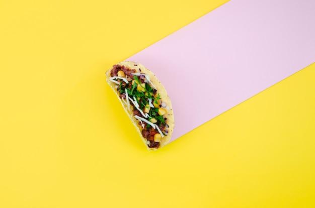 Draufsichtanordnung mit taco auf gelbem hintergrund Kostenlose Fotos