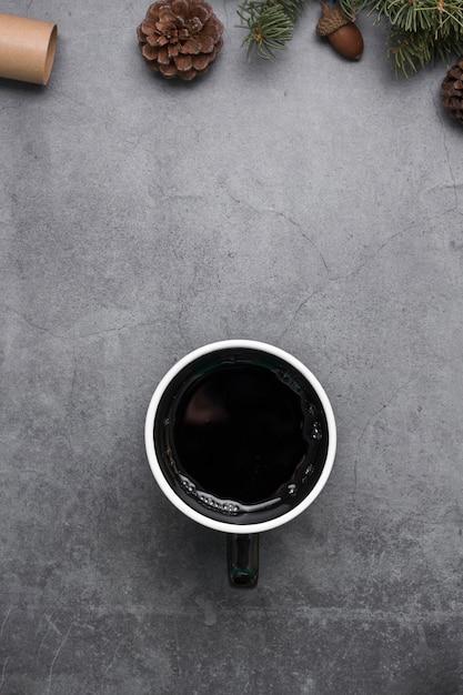 Draufsichtanordnung mit tasse kaffee- und kiefernkegeln Kostenlose Fotos