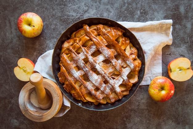 Draufsichtapfelkuchen auf dem tisch mit frucht Kostenlose Fotos
