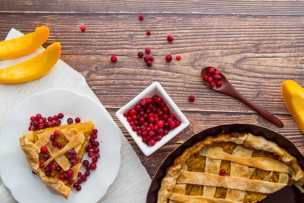 Draufsichtapfelkuchen mit hölzernem hintergrund Kostenlose Fotos
