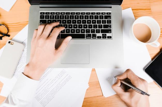 Draufsichtarbeitsplatz mit laptop und kaffee Kostenlose Fotos