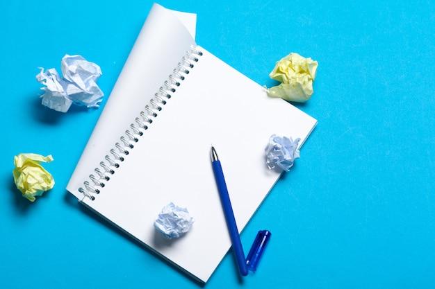 Draufsichtarbeitsplatzmodell auf blauem hintergrund mit notizbuch Premium Fotos