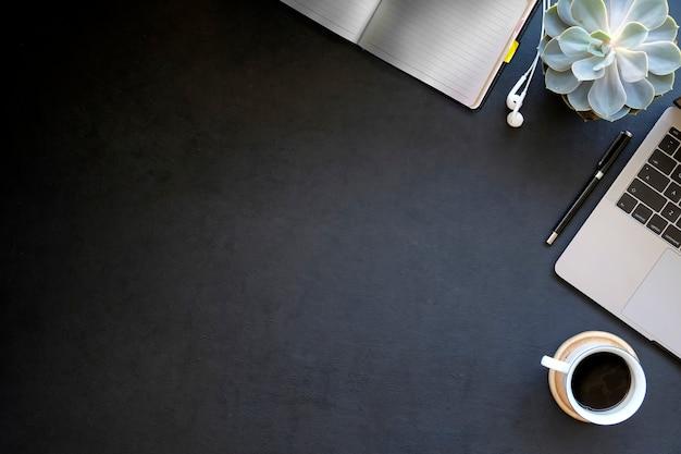 Draufsichtarbeitsschreibtisch mit laptop und kaffee Premium Fotos