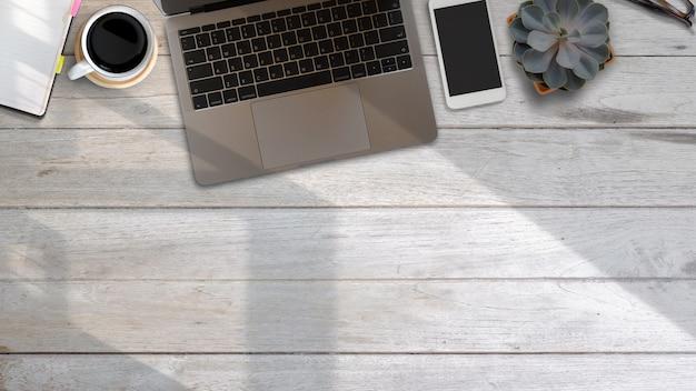 Draufsichtarbeitsschreibtisch mit laptop und versorgungen Premium Fotos