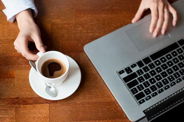 Draufsichtarbeitszeit mit laptop Kostenlose Fotos