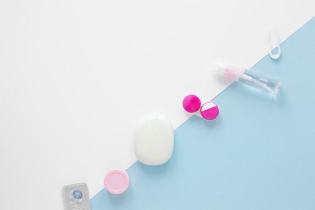Draufsichtaugenpflegeprodukte auf zweifarbigem hintergrund Kostenlose Fotos