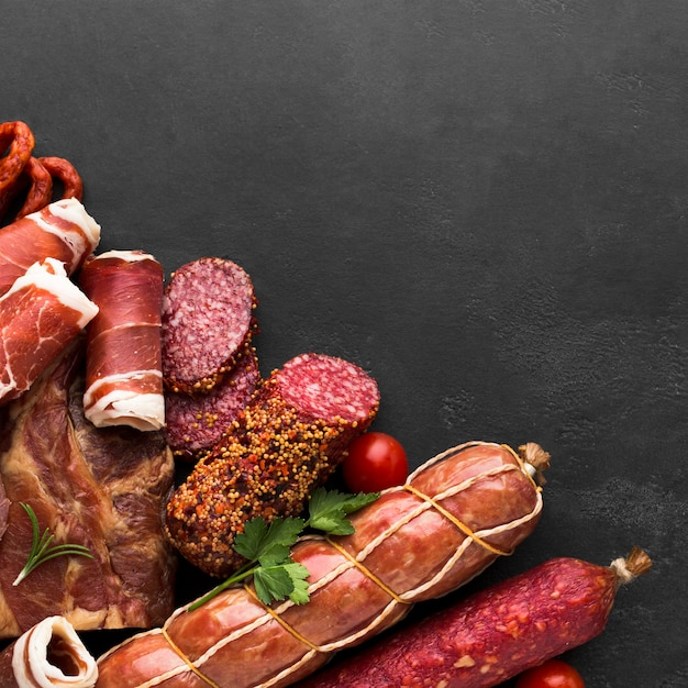 Draufsichtauswahl des geschmackvollen fleisches auf dem tisch Kostenlose Fotos