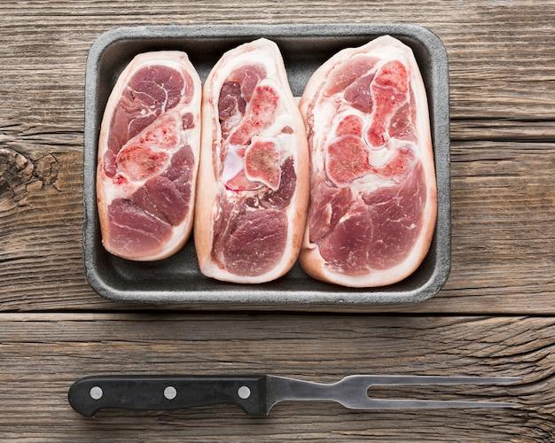 Draufsichtauswahl von frischen steaks auf dem tisch Kostenlose Fotos
