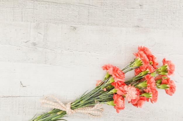 Draufsichtblumenblumenstrauß auf hölzernem hintergrund Kostenlose Fotos