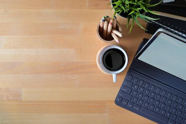 Draufsichtbüroarbeitsplatz mit büroartikel und kopienraum Premium Fotos