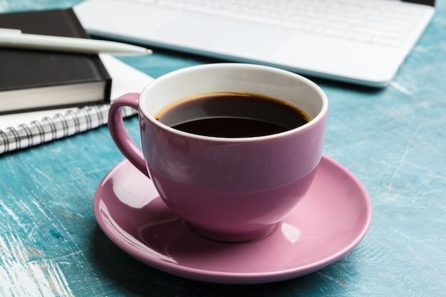 Draufsichtbüromaterial mit laptop und kaffee Premium Fotos