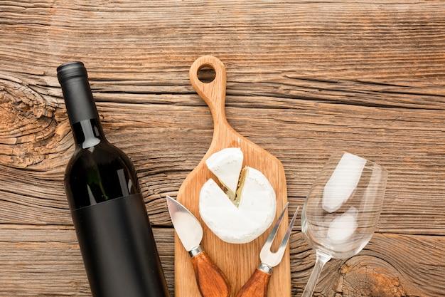Draufsichtcamembert auf hölzernem schneidebrettwein und -glas Kostenlose Fotos
