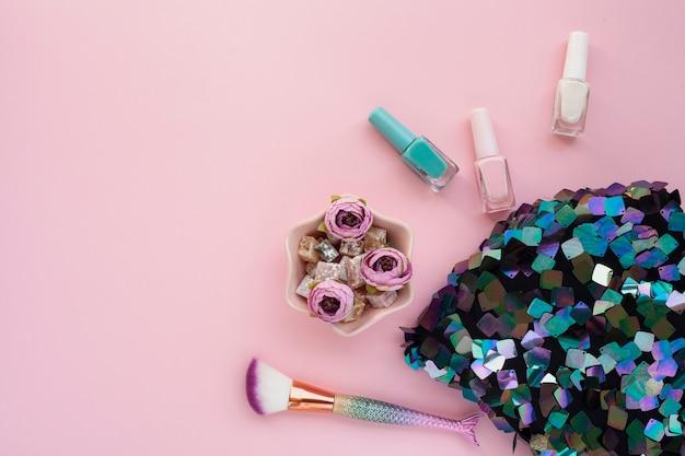 Draufsichtdekoration mit make-upbürste und paillettentasche Kostenlose Fotos