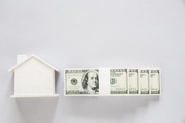 Draufsichtdollarbanknote mit hölzernem haus, finanzkonzept Kostenlose Fotos