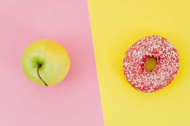 Draufsichtdonut gegen frucht Kostenlose Fotos