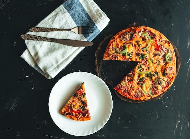 Draufsichtebenenlage der italienischen pizza Premium Fotos