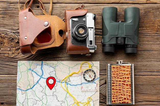 Draufsichtferngläser mit kamera und einer karte Kostenlose Fotos