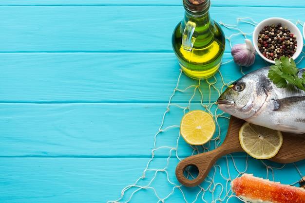 Draufsichtfische mit würzen und öl Kostenlose Fotos