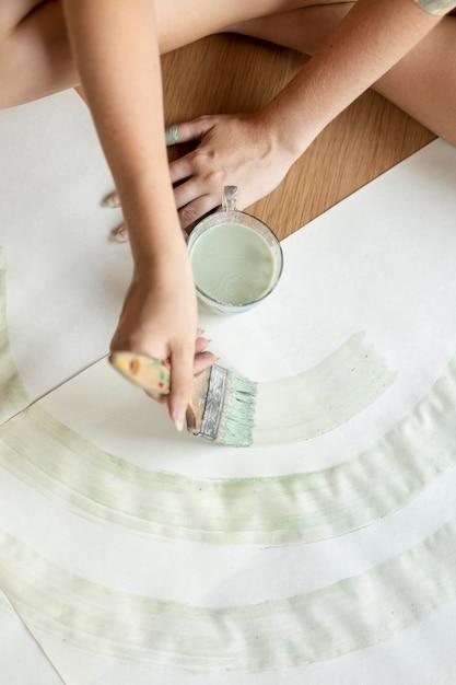 Draufsichtfrau, die aquarell verwendet Kostenlose Fotos