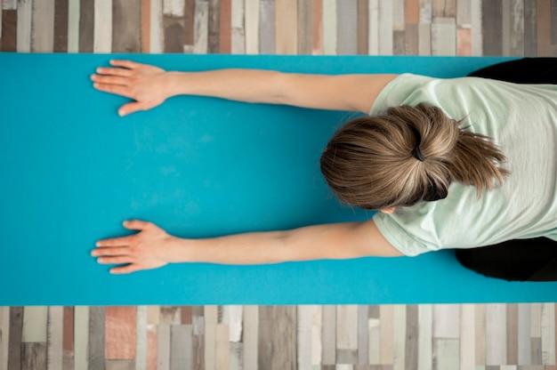 Draufsichtfrau, die yogaübungen macht Kostenlose Fotos
