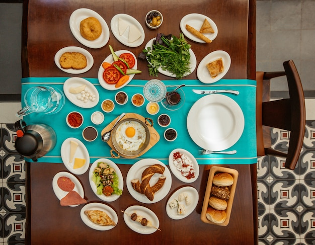 Draufsichtfrühstückstisch mit mischnahrungsmitteln. Kostenlose Fotos