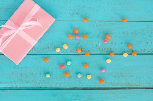 Draufsichtgeschenke mit bunten bonbons Kostenlose Fotos
