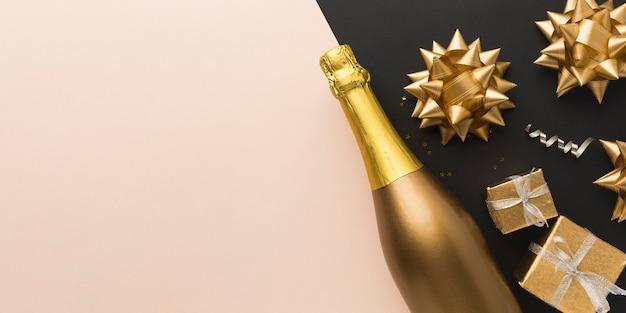 Draufsichtgeschenke neben champagnerflasche Kostenlose Fotos
