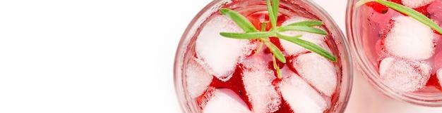 Draufsichtglas cranberry-wodka mit eis und kopierraum Kostenlose Fotos
