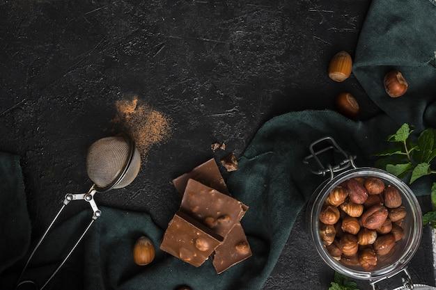 Draufsichtglas mit haselnüssen und schokolade Kostenlose Fotos