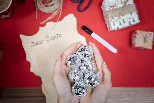 Draufsichthände mit weihnachtskugeln Kostenlose Fotos