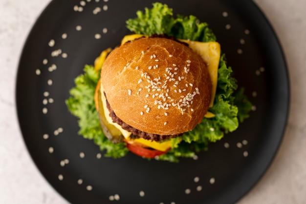 Draufsichthamburger auf einer platte Kostenlose Fotos