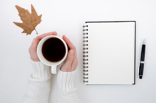 Draufsichtherbstlaub mit kaffee Kostenlose Fotos
