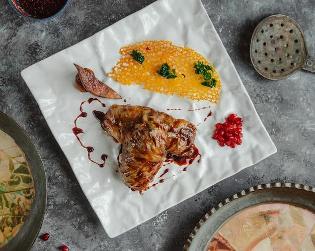 Draufsichthühnereintopf mit gelber suppensoße Kostenlose Fotos