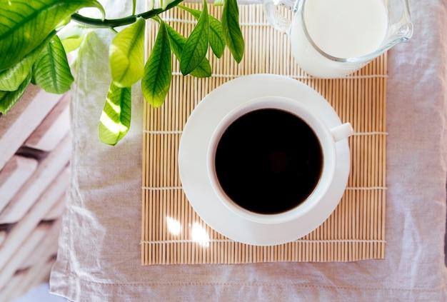 Draufsichtkaffee und -milch auf bambusmatte Kostenlose Fotos